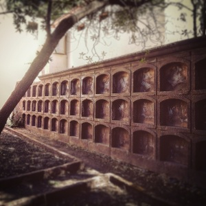 Nichos en cementerio antiguo de Artenara