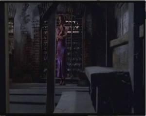 Ana en el sótano experimentando un frío inexplicable.