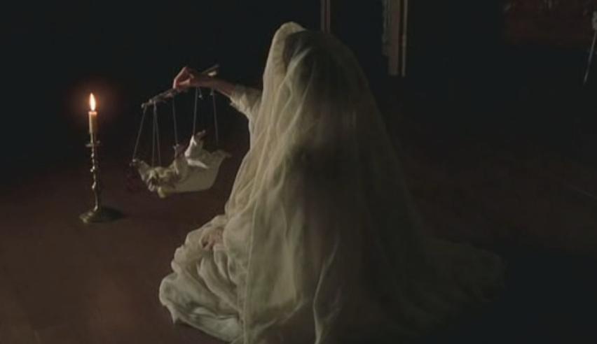 Anne poseyendo a la medium, con el vestido de comunión
